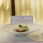 Darna di ombrina scottata su crostone di patata dorata, insalatina liquida e fiori eduli